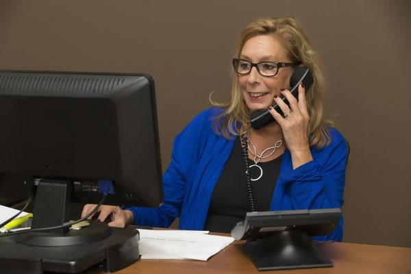 Assistentin telefoniert mit Dir - Exit Esstörung